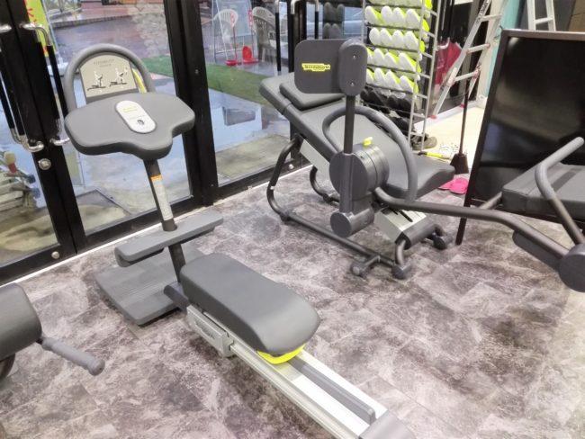 座るトレーニングマシン