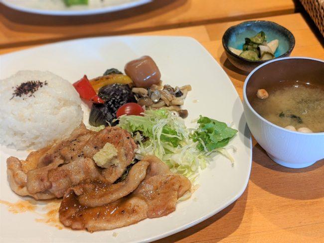 みそ汁付き生姜焼き定食