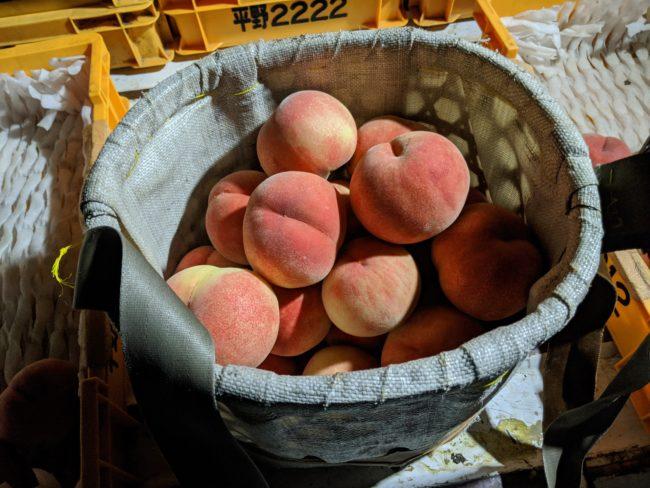 かごに入れた桃